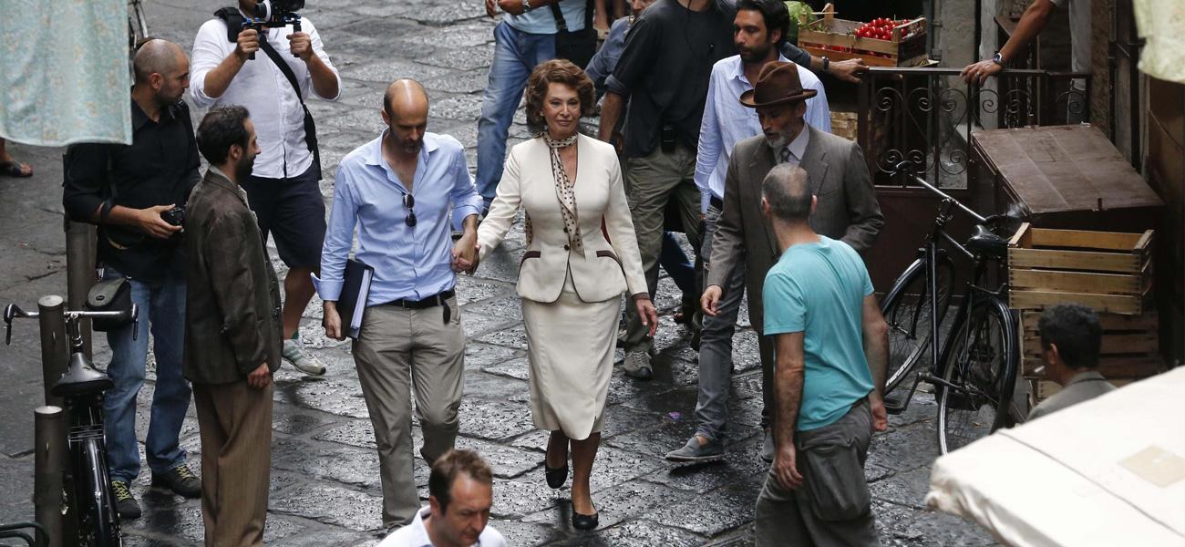 ONDA&FUORIONDA - In foto Sophia Loren insieme al figlio Edoardo Ponti sul set del film <em>La voce umana</em>.