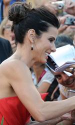 Venezia 70, il giorno di Tracks ed Emma Dante - Sandra Bullock firma autografi alle fan sul red carpet di Gravity.