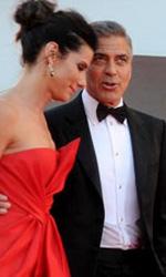 Venezia 70, il giorno di Tracks ed Emma Dante - Clooney e Bullock confabulano sul red carpet della serata inaugurale della 70. Mostra del cinema.