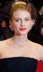 Berlinale 2013, rivive il mito di River Phoenix - Melanie Laurent sul red carpet del film A night train to Lisbon.