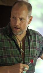 Il fuoco della vendetta, un cast che fa la differenza - Woody Harrelson e Willem Dafoe in una scena del film Il fuoco della vendetta di Scott Cooper.
