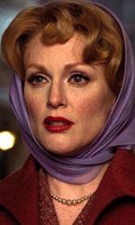Julianne Moore in 10 momenti da Oscar - LONTANO DAL PARADISO � il contrario della sessualit� esplicita in Lontano dal paradiso, alla seconda collaborazione con Todd Haynes. Nello stranissimo remake di un remake (La paura mangia l'anima, gi� tratto da Come le foglie al vento) Julianne Moore si cala in tutto e per tutto nell'atmosfera da cinema anni '50 creata da Haynes per la sua storia di desiderio insoddisfatto. Forse la pi� grande interpretazione della sua carriera.