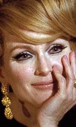 Julianne Moore in 10 momenti da Oscar - A SINGLE MAN Anche nel polpettone di Tom Ford, tutto melodramma e abiti firmati, costumi sofisticati e sentimenti repressi, Julianne Moore non � normale. Amante innamorata di un uomo che scopre omosessuale si eleva di colpo al di sopra della banalit� di A single Man con un pugno di momenti di puro
