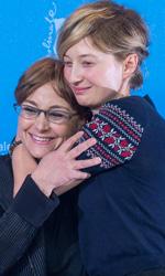Berlinale 2015, intervista ad Alba Rohrwacher e Laura Bispuri - In foto la regista Laura Bispuri abbracciata all'attrice Alba Rohrwacher durante il photocall per la premiere di Vergine giurata.
