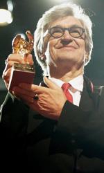 La politica degli autori: Wim Wenders - In foto il regista tedesco Wim Wenders durante la premiazione dell'Orso d'Oro alla carriera al festival di Berlino 2015.
