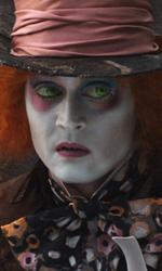 I dieci Johnny Depp che non somigliano a Johnny Depp - Il cappellaio matto (<em>Alice in Wonderland</em>)<br /> Sposta l'asse del baricentro del film da Alice a quello che era un personaggio di contorno, ne cambia la storia, inventa una follia dovuta all'inalazione delle sostanze usate nel realizzare e decorare cappelli, ha lo sguardo spiritato, una risata preoccupante e, alla fine, anche una danza senza senso. Forse il momento pi� basso del sodalizio tra Johnny Depp e Tim Burton.