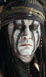 I dieci Johnny Depp che non somigliano a Johnny Depp - Tonto (The Lone Ranger) Nell'incredibile flop di Gore Verbinski il Tonto di Depp � una delusione. Guadagnando anche qui un protagonismo che il personaggio di suo non avrebbe avuto (una star normale in questo film avrebbe interpretato il cavaliere mascherato, solo Johnny Depp poteva chiedere Tonto e ottenere di mutare il peso dei ruoli), sembra non cambiare una virgola da Jack Sparrow.