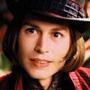 I dieci Johnny Depp che non somigliano a Johnny Depp - Willy Wonka (La fabbrica di cioccolato) Il compito di seguire l'interpretazione a tratti grandiosa e ad altri piccina di Gene Wilder (un genio di meschinità e fascino) viene affrontato con un taglio di capelli ridicolo e una dentiera, ma l'equilibrio tra attrazione e repulsione non funziona come dovrebbe.