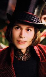 I dieci Johnny Depp che non somigliano a Johnny Depp - Willy Wonka (<em>La fabbrica di cioccolato</em>)<br /> Il compito di seguire l'interpretazione a tratti grandiosa e ad altri piccina di Gene Wilder (un genio di meschinit� e fascino) viene affrontato con un taglio di capelli ridicolo e una dentiera, ma l'equilibrio tra attrazione e repulsione non funziona come dovrebbe.