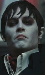 I dieci Johnny Depp che non somigliano a Johnny Depp - Barnabas Collins (<em>Dark Shadows</em>)<br /> Anche qui un referente diretto c'era (il Barnabas Collins della serie televisiva interpretato da Ben Cross) ed � stato superato in grottesco. Senza affondare le mani nel repertorio delle stranezze da droga, il vampiro tornato a colpire sembra la meno impegnativa delle trasformazioni.