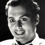 I dieci Johnny Depp che non somigliano a Johnny Depp - Ed Wood (Ed Wood) Doveva essere una trasformazione canonica, cio� di quelle utili a somigliare ad un personaggio realmente esistito, invece Johnny Depp, senza eccessivo trucco, inventa un Ed Wood dagli occhi sempre aperti ed eccessivamente gioioso con splendente dentatura, un altro freak della sua galleria ma dotato di un ottimismo e una voglia di fare, diventare e creare in aperto contrasto con gli esiti di questa foga.