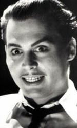I dieci Johnny Depp che non somigliano a Johnny Depp - Ed Wood (<em>Ed Wood</em>)<br /> Doveva essere una trasformazione canonica, cio� di quelle utili a somigliare ad un personaggio realmente esistito, invece Johnny Depp, senza eccessivo trucco, inventa un Ed Wood dagli occhi sempre aperti ed eccessivamente gioioso con splendente dentatura, un altro freak della sua galleria ma dotato di un ottimismo e una voglia di fare, diventare e creare in aperto contrasto con gli esiti di questa foga.