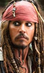 I dieci Johnny Depp che non somigliano a Johnny Depp - Raoul Duke (Paura e delirio a Las Vegas) Si chiama Raoul Duke ma in realtà è Hunter Thompson, storico reporter di Rolling stone, inventore del gonzo journalism e noto per l'abuso di droga ed alcol assieme al suo illustratore. Nel film di Terry Gilliam Johnny Depp si maschera meno del suo solito ma assieme a Benicio Del Toro dà vita ad una costante allucinazione, occhiali e bocchino gli modificano il volto con una vivida impressione di realismo.
