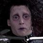 I dieci Johnny Depp che non somigliano a Johnny Depp - Edward (Edward Mani di forbice) Tenero e preoccupante, vestito come un punk con pelle e cinghie, pettinato come Robert Smith dei Cure, pallido, pieno di tagli e di poche parole. Edward mani di forbice, anche solo visivamente, è la più grande invenzione di Depp-Burton, simbolo di un'intera poetica a metà tra inquietudine e romanticismo, tenerezza e pericolo (abbracciare ma con le mani fatte di forbice), l'autolesionismo e la sofferenza in un volto emaciato ed escoriato, sempre triste.