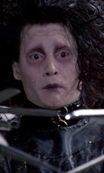 I dieci Johnny Depp che non somigliano a Johnny Depp - Edward (<em>Edward Mani di forbice</em>)<br /> Tenero e preoccupante, vestito come un punk con pelle e cinghie, pettinato come Robert Smith dei Cure, pallido, pieno di tagli e di poche parole. Edward mani di forbice, anche solo visivamente, � la pi� grande invenzione di Depp-Burton, simbolo di un'intera poetica a met� tra inquietudine e romanticismo, tenerezza e pericolo (abbracciare ma con le mani fatte di forbice), l'autolesionismo e la sofferenza in un volto emaciato ed escoriato, sempre triste.