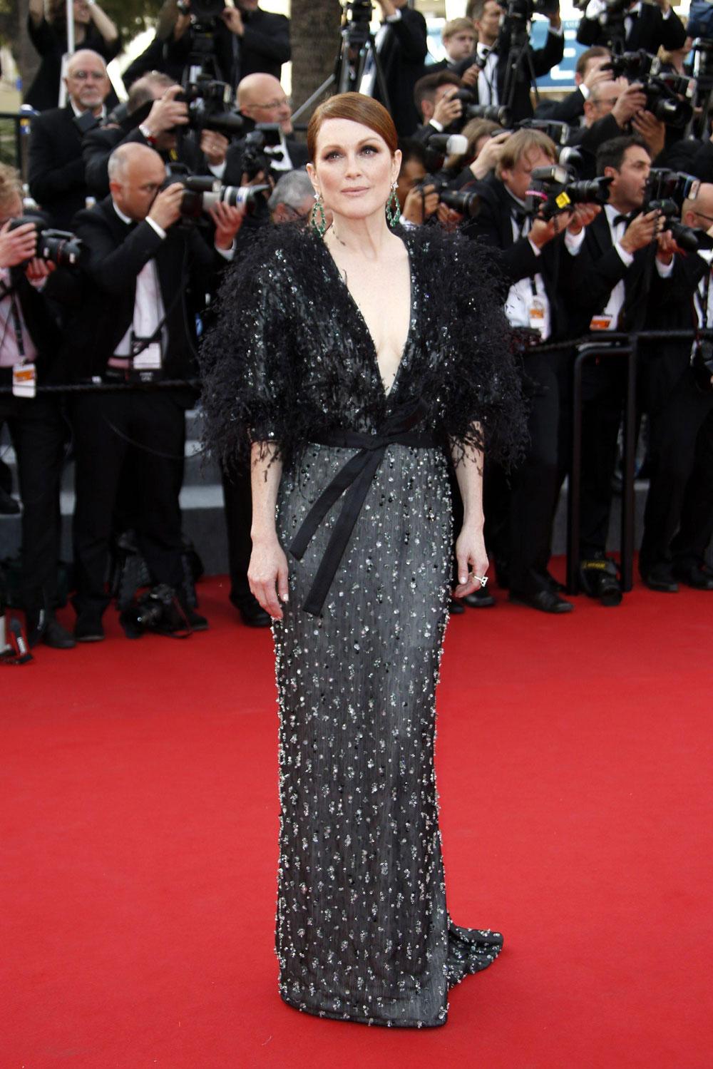 Festival di Cannes 2015, la giornata di Garrone - In foto Julianne Moore  sul red carpet di <em>La Tête haute</em>.