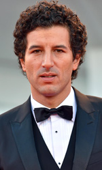 Venezia 72, Guadagnino divide la Mostra - L'attore Francesco Scianna sul red carpet di <em>A Bigger Splash</em>.