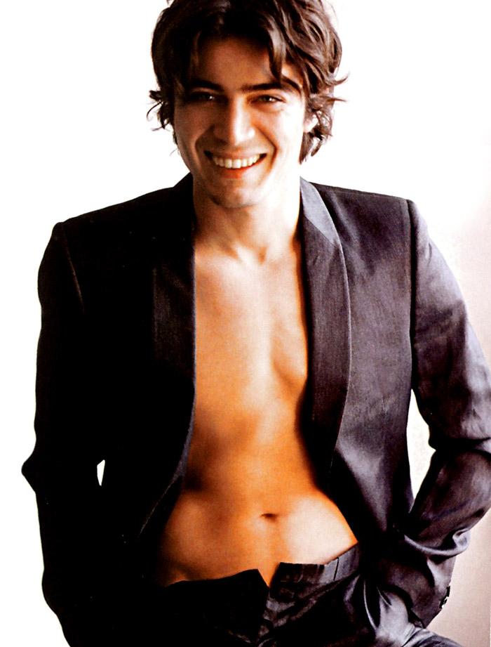 In foto Riccardo Scamarcio (40 anni) Dall'articolo: Riccardo il sex symbol.