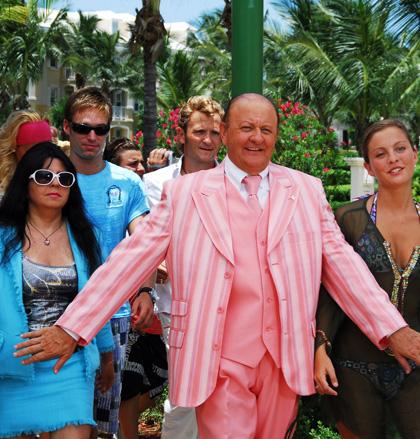 In foto Massimo Boldi (76 anni) Dall'articolo: Natale, pardon, Matrimonio alle Bahamas.