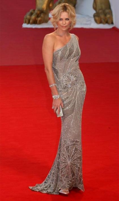 Charlize Theron sfila a Venezia