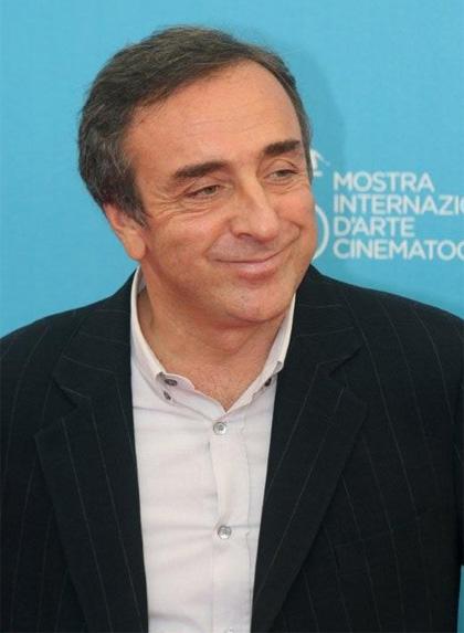 In foto Silvio Orlando (64 anni) Dall'articolo: 5x1: Silvio Orlando, quella faccia un po' così.