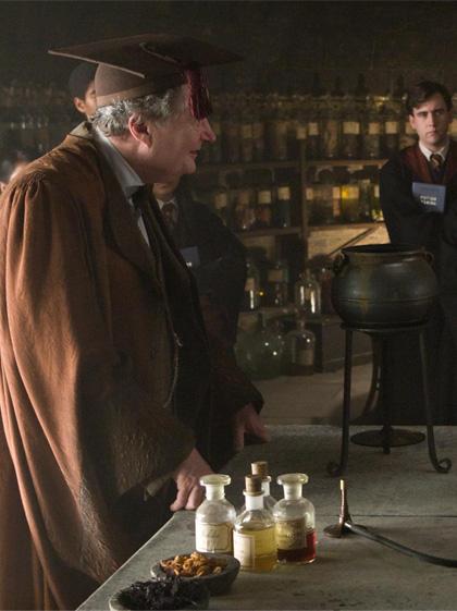 In foto Jim Broadbent (69 anni) Dall'articolo: Harry Potter e il principe mezzosangue: altre foto ufficiali del cast.
