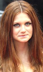 In foto Bonnie Wright (27 anni) Dall'articolo: Harry Potter e il principe mezzosangue: il red carpet della premiere londinese.