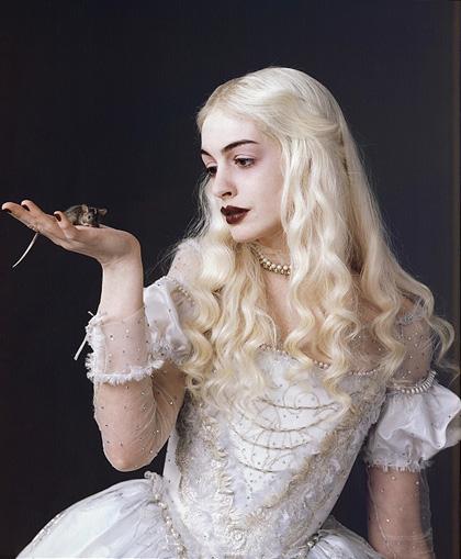 In foto Anne Hathaway (39 anni) Dall'articolo: Alice in Wonderland: nuova immagine della Regina Bianca.