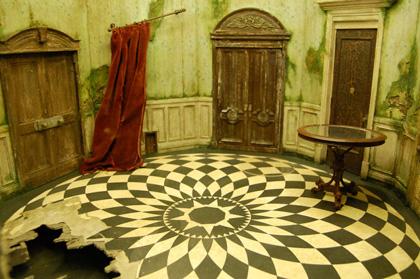 Un'immagine del set -  Dall'articolo: Alice in Wonderland: il tè party al Comic-Con.