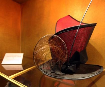 Il cappello della Regina di Cuori -  Dall'articolo: Alice in Wonderland: il tè party al Comic-Con.