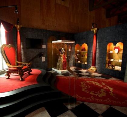 Gli oggetti di scena della Regina di Cuori -  Dall'articolo: Alice in Wonderland: il tè party al Comic-Con.