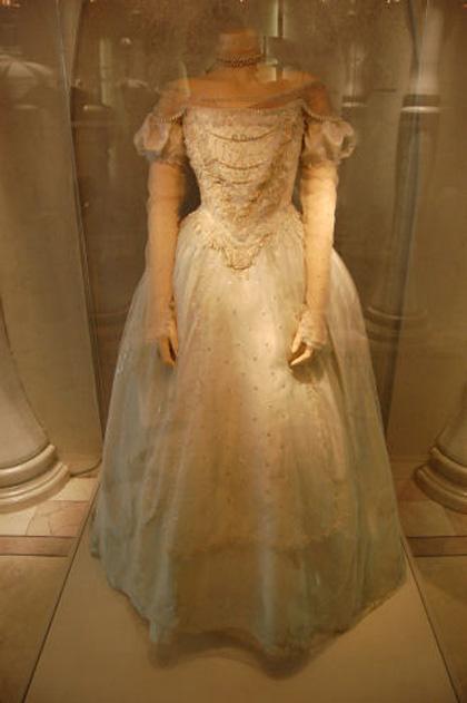 L'abito della Regina Bianca -  Dall'articolo: Alice in Wonderland: il tè party al Comic-Con.