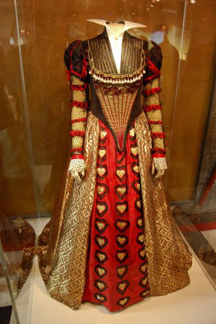L'abito della Regina di Cuori -  Dall'articolo: Alice in Wonderland: il tè party al Comic-Con.