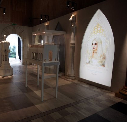 Gli oggetti di scena della Regina Bianca -  Dall'articolo: Alice in Wonderland: il tè party al Comic-Con.