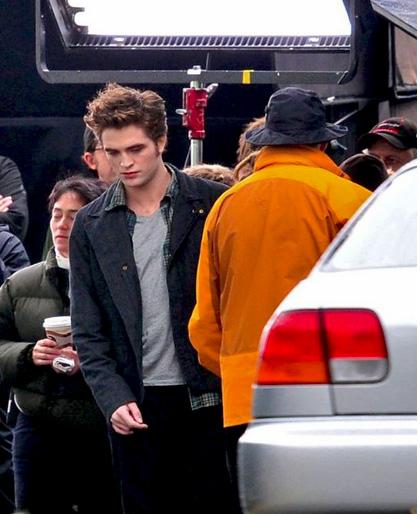 In foto Robert Pattinson (34 anni) Dall'articolo: Eclipse: Xavier Samuel scappa per salvarsi la vita.