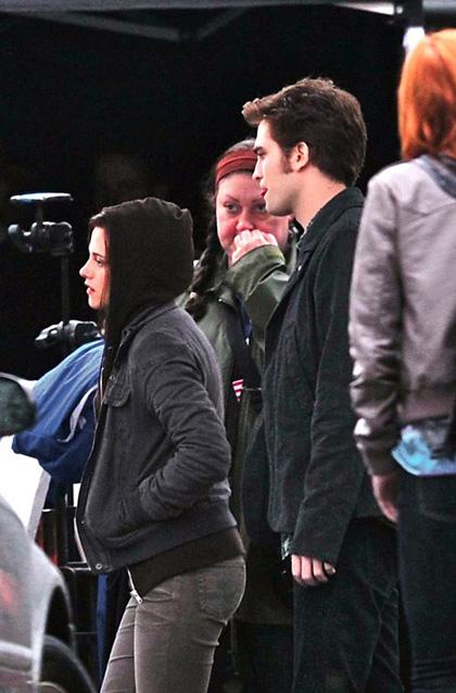In foto Robert Pattinson (33 anni) Dall'articolo: Eclipse: Xavier Samuel scappa per salvarsi la vita.