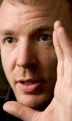 In foto Guy Ritchie (51 anni) Dall'articolo: Sherlock Holmes: le ultime immagini ufficiali.