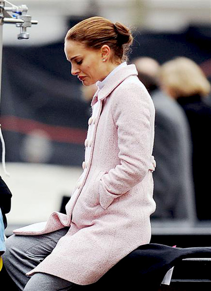 In foto Natalie Portman (38 anni) Dall'articolo: Black Swan: le foto sul set di Cassell e della Portman.