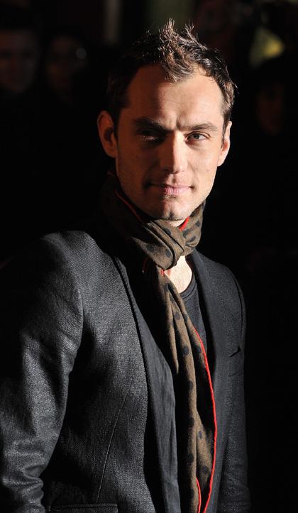 In foto Jude Law (47 anni) Dall'articolo: Sherlock Holmes: premiere a Londra.