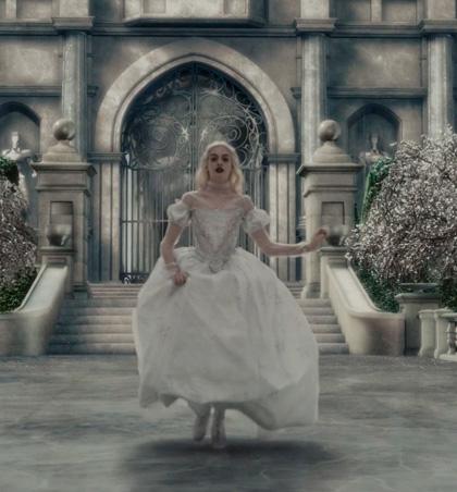 In foto Anne Hathaway (39 anni) Dall'articolo: Alice in Wonderland: le immagini e il secondo trailer ufficiale.
