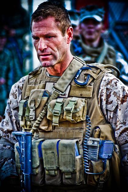 In foto Aaron Eckhart (53 anni) Dall'articolo: Battle: Los Angeles, prime foto dal set.