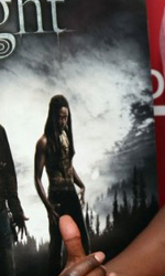 Twilight: le foto dei party a Los Angeles e New York City - Edi Gathegi (Lauren) mentre mostra Lauren sul poster