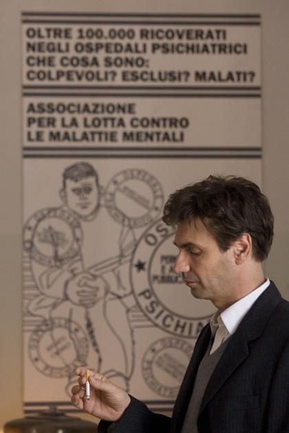 In foto Fabrizio Gifuni (55 anni) Dall'articolo: Fiction & Series: la sesta stagione di Lost.