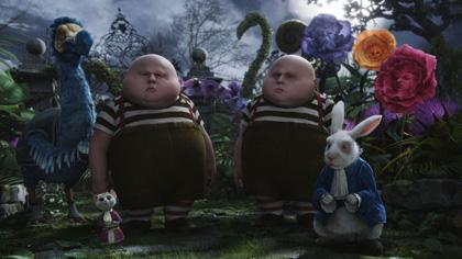 6° fase dei Tweedles col Dodo -  Dall'articolo: Alice in Wonderland: nuove featurette e 'Almost Alice' di Avril Lavigne.