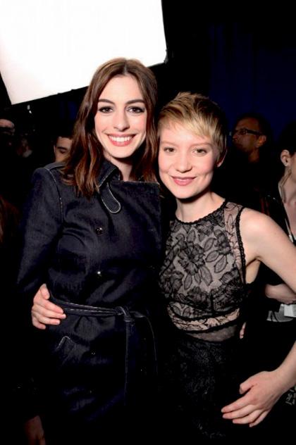 """In foto Anne Hathaway (37 anni) Dall'articolo: Alice in Wonderland: la clip """"vestite questa ragazza"""" e nuove immagini."""