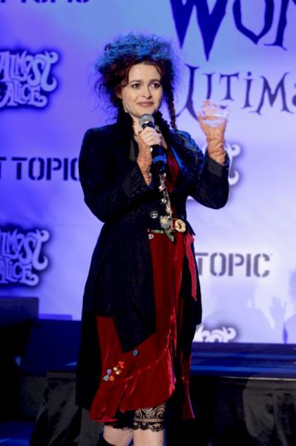 """In foto Helena Bonham Carter (53 anni) Dall'articolo: Alice in Wonderland: la clip """"vestite questa ragazza"""" e nuove immagini."""