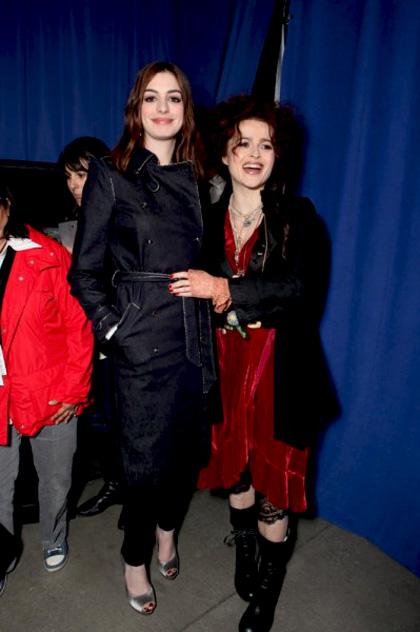 """In foto Helena Bonham Carter (52 anni) Dall'articolo: Alice in Wonderland: la clip """"vestite questa ragazza"""" e nuove immagini."""