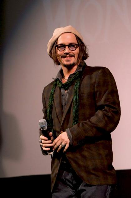 """In foto Johnny Depp (55 anni) Dall'articolo: Alice in Wonderland: la clip """"vestite questa ragazza"""" e nuove immagini."""