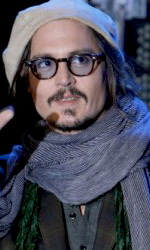 """In foto Johnny Depp (58 anni) Dall'articolo: Alice in Wonderland: la clip """"vestite questa ragazza"""" e nuove immagini."""