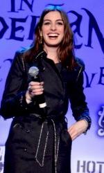 """In foto Anne Hathaway (39 anni) Dall'articolo: Alice in Wonderland: la clip """"vestite questa ragazza"""" e nuove immagini."""